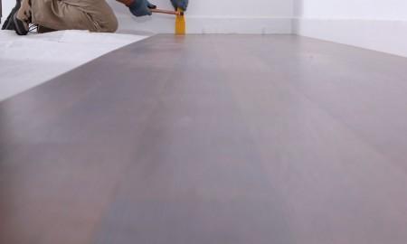 Drewniana podłoga w rękach specjalisty