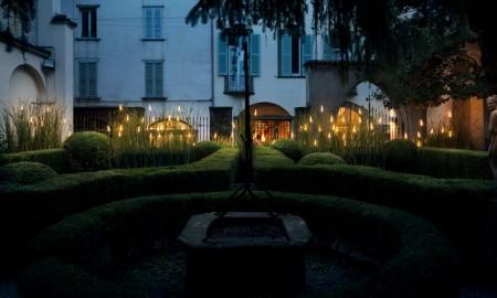 Tajemniczy wieczorny ogród